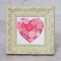 Fügen Sie einige Glanz zu Ihnen nach Hause mit diesem schönen Knopf-Kunstwerk!  Dieses Angebot gilt für ein rosa Knopfes und Swarovski Herz, wunderschön umrahmt mit einer elfenbeinfarbenen verzierten Rahmen, der leicht mit einer Vielzahl von Zuhause Dekore koppeln kann.   Diese liebenswert eingerahmte Schaltfläche Kunst macht eine perfekte Baby-Dusche-Geschenk und wird wunderschön schmücken jedes Kinderzimmer oder Spielzimmer für Kinder.   Ihre gerahmten Schaltfläche Technik verfügt gerahmt…