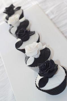 Amazing black and white cupcakes White Wedding Cupcakes, Black And White Cupcakes, Black White Cakes, Black And White Roses, Gold Cupcakes, Wedding Cake Roses, Gold Cake, Flower Cupcakes, Mini Cupcakes