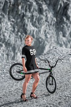 Crazy Amazing Awesome non stop extreme sports action and death defying acts! Bicycle Women, Bicycle Girl, Boys Fashion Dress, Best Bmx, Football Girls, Sport Football, Bmx Racing, Bike Photography, Up Fitness