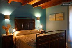La camera Il mare è arredata con un letto matrimoniale francese e può essere proposta con la piccola camera singola accanto, eccellente solu...