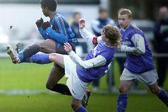 1. De kunsternaar, in dit geval een fotograaf, beeld de strijd uit op een manier van sport. In de meeste gevallen van sport wil je winnen.  2. Hij heeft het uitgebeeld door een bepaald kader te pakken waar alle mensen in actie zijn om de bal