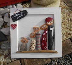 Un tableau représentant une petite famille et le petit chien réalisé en bois peint à l'acrylique, brique de mer avec un bois flotté collé. dimensions: 20 cm x 20 cm - 18158120