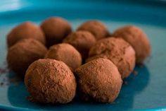 Składniki (4)        Ser twarogowy chudy 150 g      Kakao naturalne 10 g (1 płaska łyżka)      Słodzik 1 g      Aromat waniliowy 1 g          1Twaróg utrzeć z kakao, słodzikiem i aromatem, uformować kuleczki, obtoczyć w kakao (można tez np. w wiórkach kokosowych), wstawić do lodówki na min. godzinę