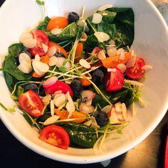 Salade d'épinards et raisins bleus avec amandes