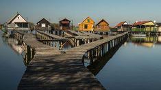 A neten már sokan megosztották azt a képet, amelyen az ország egyik legszebb lebegő faluja látható, amelyet girbegurba stégeken lehet megközelíteni. Kíváncsiak voltunk, mi van a festői képen túl. Travel Around The World, Around The Worlds, Hungary, Places Ive Been, Places To Visit, Marvel, Places Worth Visiting