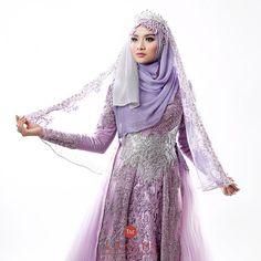 Siapa yang suka warna ungu??? @kebayalaksmi juga punya warna ungu yang soft banget loh :) Kesan cantik dan feminim langsung terpancar dari warna ungu ini . Tag temanmu yaa yang suka warna ungu juga!!