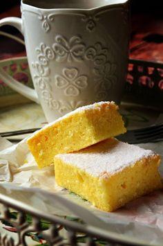 Vasárnap készült nálunk ez egy könnyed sütemény, két nagy kedvencem keverékéből, grízből és túróból, hát még sokszor előveszem majd ezt a receptet...