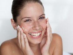Jetzt ist die optimale Zeit für ein chemisches Peeling - so funktioniert die Gesichtsreinigung. Gleichzeitig regt es die Hauterneuerung an.