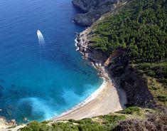 Blick vom Wanderweg zum Talaia d'Alcudia auf die einsame Strandbucht Platja de Coll Baix