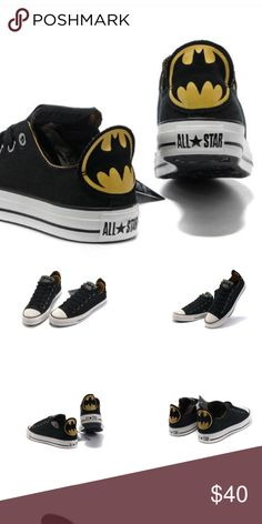 Batman Converse DC Comic e Chuck Taylor All Star Batman DC Comics Low Top Canvas Shoes is so simple. Full black canvas with a Batman logo printed on the heel and the tongue. Simple is always classic. Features low tops canvas upper, rubber sole, DC Comics Batman themed print, unisex. Excellent condition Converse Shoes Sneakers