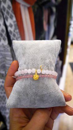 Die schmeichelnden Armbänder von Satya Jewelry sind alle mit einem Symbol versehen — ob Lebensbaum, Lotus oder das Hamsa Zeichen. Jetzt bei Lilu117.com #lilu117 #satya #satyajewelry #schmuck #ring #kette #necklace #ohrring #earring #accessoires #shoppingqueen #trendsetter #fashion #mode #trend #ottensen #hamburg #indien #yoga #sanskrit #namaste #modedesign #gold #silber #farben #musthave #trend #mutter #tochter #freundschaft #symbol #hamsa #lotus #lebensbaum