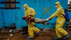 Daniel Berehulak, del diario New York Times, ganó en la categoría de reportaje   internacional y fotografía de reportaje por su cobertura del mortal   brote de ébola en África Occidental. Esta foto muestra a James Dorbor, de 8 años, siendo trasladado   por personal médico  ante la sospecha de estar infectado con el virus