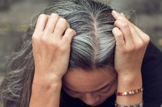 6 remedies to combat the premature appearance of white hair - Hair Cuts Grey Hair Treatment, Covering Gray Hair, Granny Look, Grey Hair Remedies, Premature Grey Hair, Color Your Hair, Hair Oil, White Hair, Hair Hacks