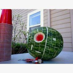 Death Star Watermelon - This link has lots of great Star Wars party ideas. It took me about an hour to make a Death Star watermelon. It was a huge hit at birthday party. Amazing Food Creations, Theme Star Wars, Star Wars Pinata, Star Wars Party Food, Star Wars Party Decorations, Star Wars Food, Fruits Decoration, Aniversario Star Wars, Star Wars Birthday