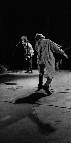 Kurt Cobain & Krist Novoselic on stage, Reading Festival 1992 ~Nirvana Donald Cobain, Reading Festival, Nirvana Kurt Cobain, Smells Like Teen Spirit, Music Humor, Rock Legends, Foo Fighters, Beautiful Songs, Music Bands
