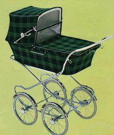 SVENSKTILLVERKADE BARNVAGNAR FRÅN 1960-TALET 1967 fanns denna i marknaden. Låg korg, men hög vagn. Vävplast och celluloidhandtag. Vikt: 18 kg.