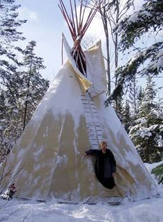 Tipi camping in winter Native American Teepee, Native American Indians, Winter Camping, Camping And Hiking, Camping Gear, Camping Glamping, Outdoor Camping, Camping Items, Cabana