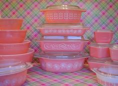 "birdcageblues: pink pyrex right bottom corner is something amazing! My favorite print ""Amish Butterprint"" in pink, I must find this in real life! Cant wait to start collecting some pink pieces! Pyrex Vintage, Vintage Kitchenware, Vintage Dishes, Vintage Glassware, Vintage Bowls, Vintage Items, Looks Vintage, Vintage Love, Vintage Pink"