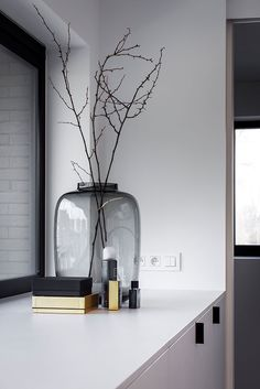 Love the black glass vase. Boutique Interior, Room Interior, Gray Interior, Decor Home Living Room, Room Decor, Interior Styling, Interior Decorating, Black Vase, Deco Design