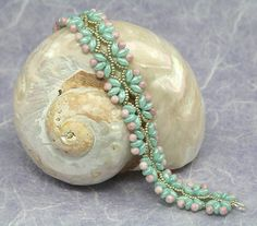 This pretty bracelet can be made with Zoliduos or only Superduos. The tutorial explains how to make the bracelet through detailed step by step instructions, supported by clear step by step photography. You will need: Zoliduos (optional), superduos, 3mm pearls, size 15 miyuki seed