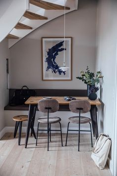 Clever use of space under the stairs building bench seating for this small space living dining room Dining Table Small Space, Dining Room Bench Seating, Chairs For Small Spaces, Dining Nook, Small Living Rooms, Dining Room Design, Living Room Chairs, Dining Tables, Small Living Dining