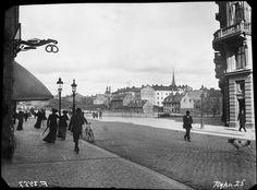 Året är 1904. Fotografen står på Kungsgatan från Kungsholmen-sidan och har gamla Kungsbron rakt fram. Huset till höger finns kvar, där öppnade i höstas Primo Deli Ciao Ciao på hörnet… Mitt i bilden Blekholmen, där alla hus som syns har rivits, bara Klara kyrka sticker upp.