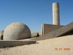 """Dal 1963 fino al 1968 è impegnato alla realizzazione del Monumento del Negev, situato nel deserto Beer Sheva in Israele. L'opera, realizzata per un """"sito-specifico"""", partecipa a pieno titolo tra quante hanno contribuito a spianare la strada al movimento che si identifica nell'arte ambientale http://musapietrasanta.it/content.php?menu=artisti"""