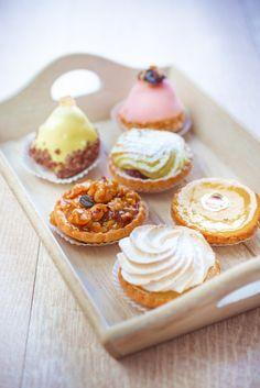 Assortiment de petits gâteaux et pâtisseries, tarte figues, tarte meringuée, tarte au citron ou encore tarte aux pommes, simple et efficace pour lui dire que vous l'aimer.   Marielys Lorthios - Photographe professionnelle / photographe culinaire / styliste - http://www.marielys-lorthios.com