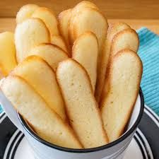 Chat Languages ​​(French Cat Tongue Cookies) - Piercings New Cookie Desserts, Cookie Recipes, Dessert Recipes, Biscuit Mix, Biscuit Cookies, Egg White Recipes, Easy Biscuit Recipe, Sweet Cookies, Egg White Cookies