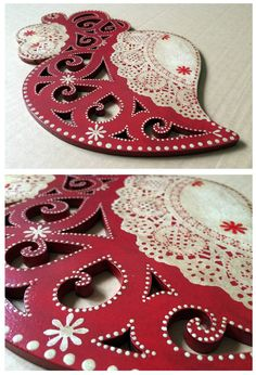 Coração em madeira de choupo pintado e decorado conforme a inspiração do momento. Recortes de detalhes de papel rendado. Ponteado com tinta acrílica. Acabamento com patine de envelhecimento.