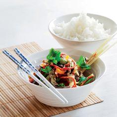 Bali wok og oksekød i grøn karry Karry, Wok, Japchae, Bali, Tableware, Ethnic Recipes, Kitchen, Cuisine, Dinnerware