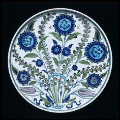 Plate  Iznik, Turkey (probably, made)  ca. 1550 (made)  Fritware, polychrome underglaze painted, glazed  Londres, V, C.1986-1910