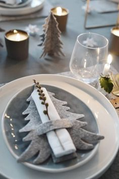 Servietten Lasche, Tannenbaum Filz, 8 Stk our felt fir trees, a cloth napkin and a branch from the winter garden – the Christmas table decoration [. Noel Christmas, All Things Christmas, Winter Christmas, Christmas Ornaments, Christmas Napkins, Felt Christmas Trees, Rustic Christmas, Christmas Place Setting, Christmas Napkin Rings