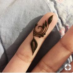 Get Latest Collection of Amazing Unique Henna Tattoo Designs here. Simple and Easy Henna Tattoos Ideas Photos for Hands, Arms, Back, Wrist, Feet. Henna Hand Designs, Finger Tattoo Designs, Mehndi Designs Finger, Pretty Henna Designs, Henna Tattoo Designs Simple, Mehndi Designs For Beginners, Mehndi Designs For Fingers, Mehndi Art Designs, Small Henna Designs