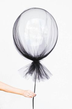 Halloween Party Inspiration for kids. Black netting and helium balloons for Halloween Festa Party, Diy Party, Ideas Party, Adult Party Ideas, Event Ideas, Holidays Halloween, Halloween Diy, Halloween Balloons, Halloween Parties