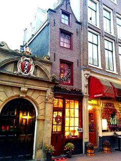 Amsterdam - Kleinste huis: 2,02 m breed en 5 m. diep. Oude Hoogstraat 22 in het centrum, naast het toegangspoortje naar de Waalse Kerk.