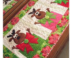 Santa's Helpers PDF Christmas Table Runner Pattern by Cleo Table Runner And Placemats, Table Runner Pattern, Quilted Table Runners, Christmas Sewing, Christmas Projects, Holiday Crafts, Christmas Quilting, Christmas Patchwork, Christmas Applique