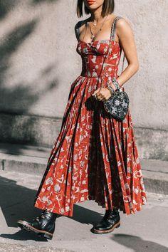 10 maneiras de usar vestido longo. Vestido vermelho plissado com estampa  floral abb87e300dc