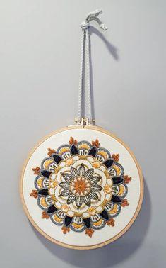 זהר רקמה את המנדלה מוניטה בגוונים חמים Embroidery Hoop Decor, Hand Embroidery, Bed Sheet Curtains, Stitch, My Favorite Things, Wallpaper, Sewing, Handmade, Crafts