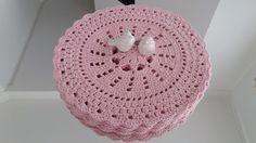 Sousplat de crochê, confeccionado com barbante especial número 6 Mede 36 cm de diâmetro. Deixe suas mesas ainda mais linda com esse novo modelo de sousplat.