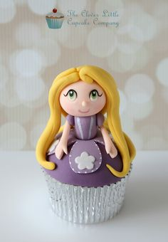 Rapunzel Cupcake~ by The Clever Little Cupcake Company, via… Snowman Cupcakes, Giant Cupcakes, Fondant Cupcakes, Cute Cupcakes, Ladybug Cupcakes, Rapunzel Cupcakes, Disney Princess Cupcakes, Rapunzel Cake, Princess Cakes