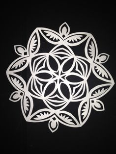 Paper Folding Crafts, Diy Paper, Paper Art, Paper Crafts, Paper Snowflakes, Christmas Snowflakes, Diy Christmas Ornaments, Snowflake Designs, Snowflake Pattern