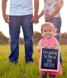 Pregnancy announcement from big sister - Family photos 2018 - Grossesse Pregnancy Announcement Photography, Big Sister Announcement, Creative Pregnancy Announcement, Pregnancy Photos, Pregnancy Announcements, Baby Number 2 Announcement, Pregnancy Shirts, Maternity Photos, Baby On The Way