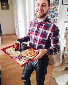 Jouons le serveur pour ce brunch maison @toto19240 . . . #sunday #brunch #home #cooking #morning #weekend #love #gaylove #instagay #gayboy #gayfrance #gay #gaymen #lumberjack #leatherjeans #smile #happy #positive #instaday #gaylife #gaybeard #bearded #gryffindor