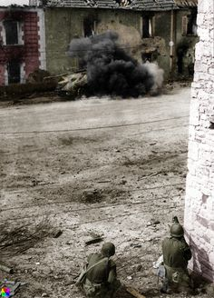 American soldiers firing an bazooka point-blank at a German Panther tank in France Infantry Division Military Photos, Military History, Ww2 History, 4th Infantry Division, Cherbourg, Human Rights Watch, History Online, American Soldiers, Panzer