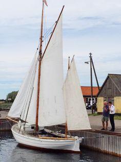KAREN med sejl i Bogø Havn. September 2015.
