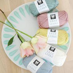 Følg med, følg med!! I morgen har jeg ny giveaway i samarbeid med @strikkemekka.no ☺Da kan dere blant annet vinne Lerke garn, så følg med i morgen. Strikkemekka.no er nyoppstartet, og denne uka har de gratis frakt og 20% på hele butikken👌Ta en titt innom da vel! #strikk #strikking #knit #knitting #knitted #knittersofinstagram #instaknit #knitstagram