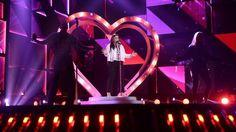 Anna Book inleder på ett podium. Mello 2016. Live från artisternas första repetitioner på scenen i Göteborg - Melodifestivalen | SVT.se