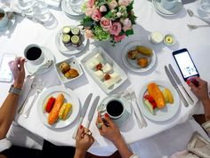 Café da manhã glamouroso de hoje... #sqn  Esse foi o brunch da Dior que participei com a @maianabonotto na semana passada... Hoje aqui em casa o meu café da manhã foi 1/2 mamão na pressa para atender o eletricista que veio colocar o meu lustre... Vida real!! Bom feriado...