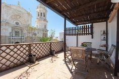 Si tienes pensado acercarte a Cádiz, puedes hospedarte en un ático en plena plaza de la Catedral con acceso a esta espectacular terraza.